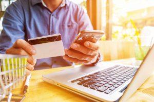 Hombre comprando en tienda online